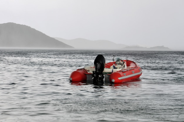 赤いインフレータブルボート