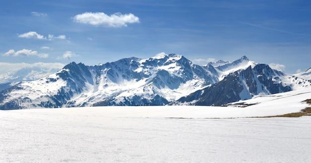 雪に覆われた高山の山の眺め