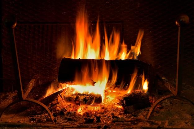 暖炉で燃えているログ