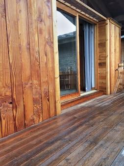 木製テラスとクラッディング