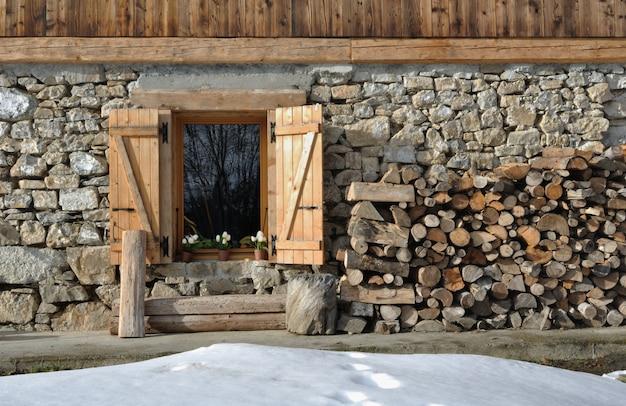 石と木製のコテージ