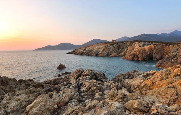 崖に沈む夕日