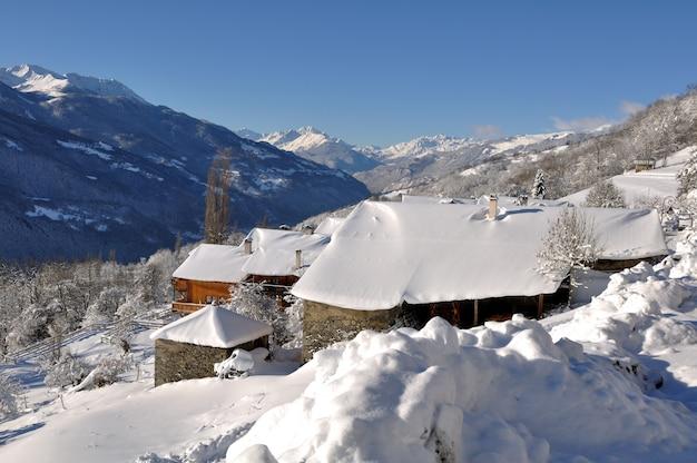 村の雪に覆われた屋根