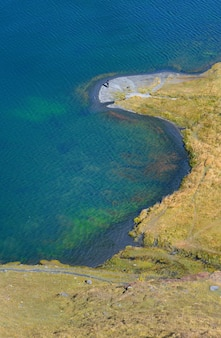 美しい青い湖とその黄色の草の銀行の空撮