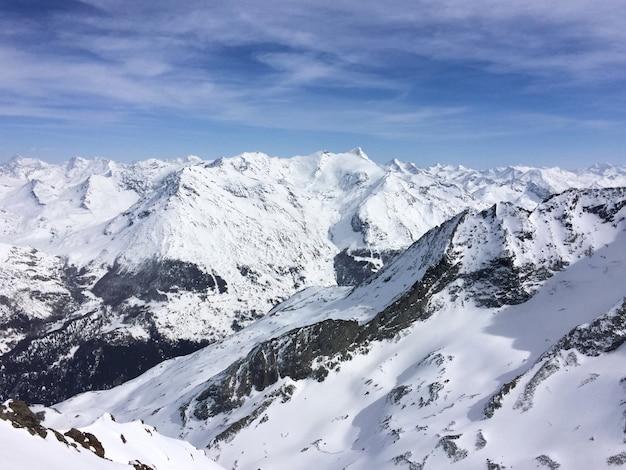 Вид на снежную вершину горы