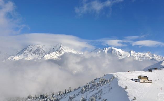 Вид на горнолыжные склоны европейского горнолыжного курорта в снежной долине монблана