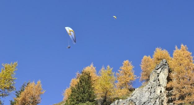 Парапланы пролетели над горами