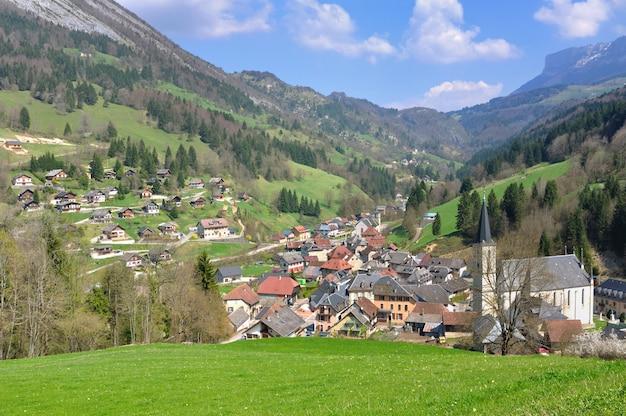 住宅とヨーロッパの高山村の教会