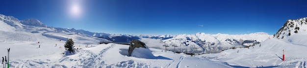 雪に覆われた山のパノラマ風景