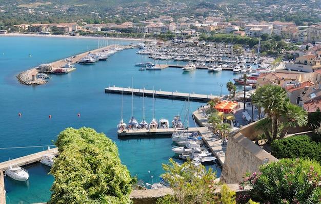 Вид на порт кальви - остров корсика в европе из патио