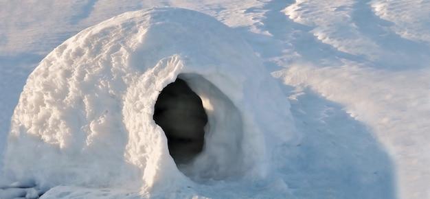 雪の中でイグルーを閉じる