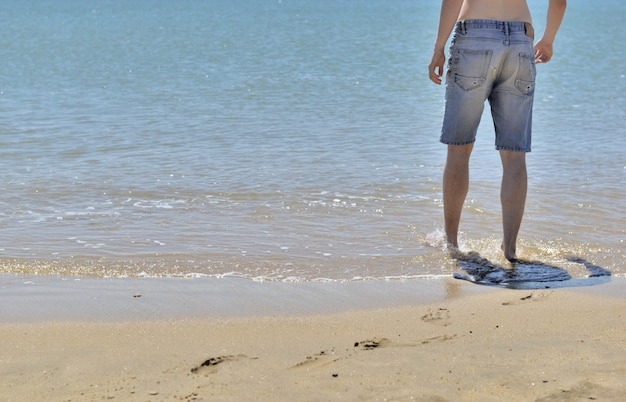 海の男の足
