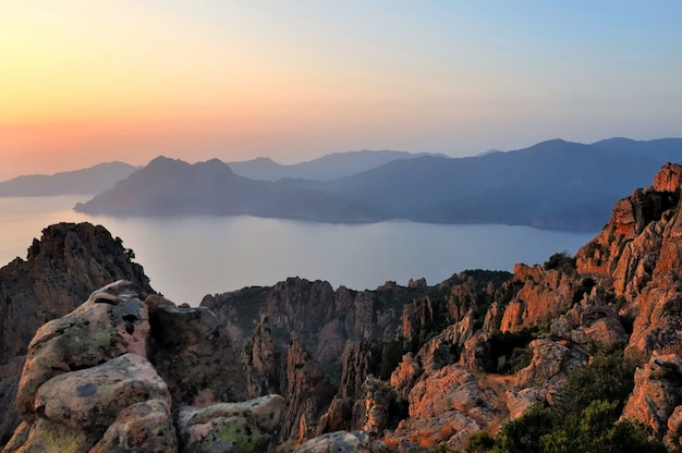 Красивый закат на море и скалы на острове корсика - европа