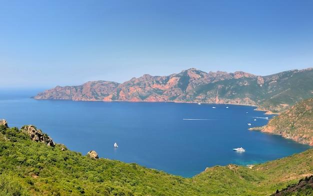 Красивое море и побережье острова корсика в европе под голубым небом