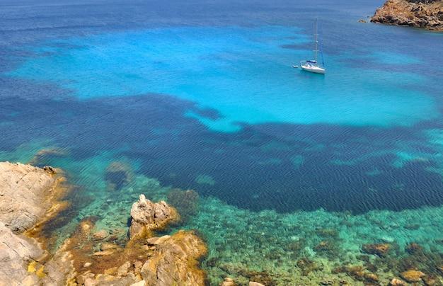 Красивое море и лодка на острове корсика - европа