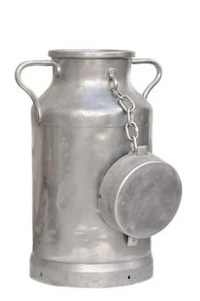 Большая металлическая банка молока на белом