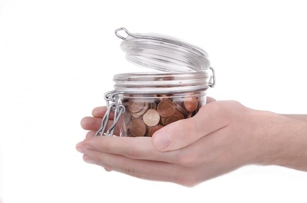 Держа банку, полную монет