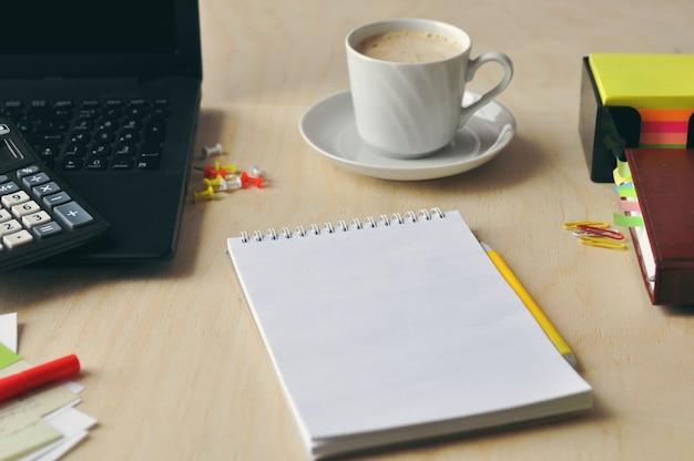 オフィスや学校での食べ物。デスクトップでコーヒーを飲みます。