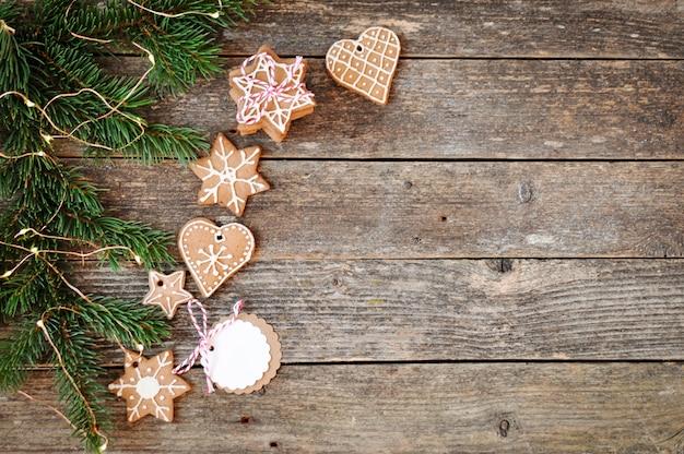木製の伝統的な自家製クリスマスジンジャーブレッド砂糖フロスティングとギフトボックス。