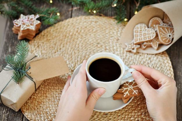 木製のアイシング砂糖とギフトボックスと伝統的な自家製クリスマスジンジャーブレッド。