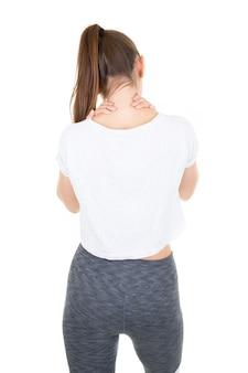 背面の若い女性の肩と背中の痛みを緩和するための自己指圧