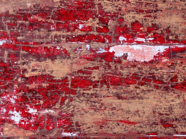 古い木製のぼろぼろの赤い壁