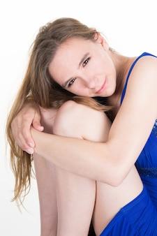 Крупный план грустной и подавленной женщины в глубине мысли
