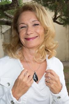 健康で笑顔で幸せな美しい高齢女性