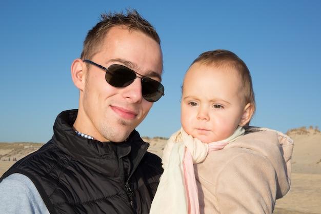 Счастливая семья, отец и ребенок на море летом