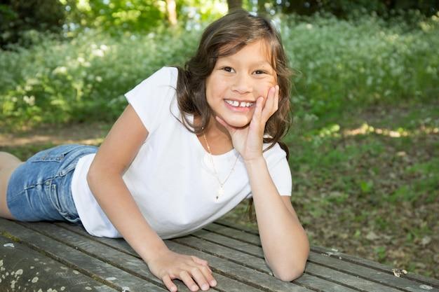 公園のベンチに若い女の子