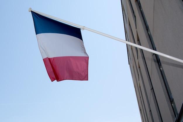 青い空に手を振るフランス国旗