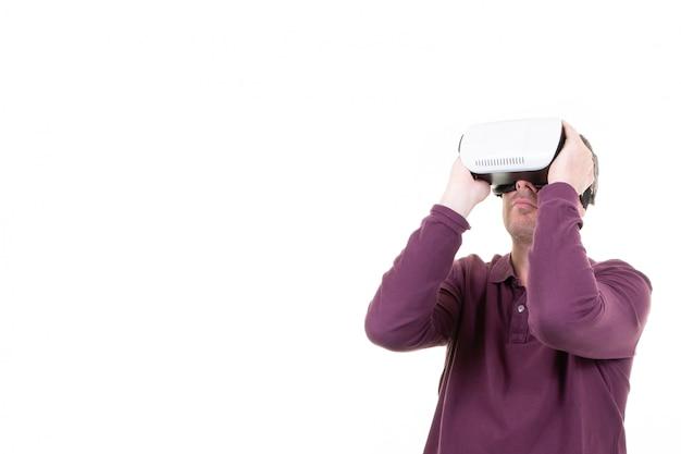 仮想現実のゴーグルで遊ぶ男