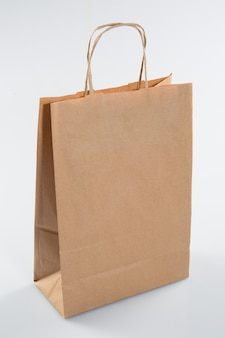 白い背景に分離されたリサイクル紙クラフトショッピングバッグ