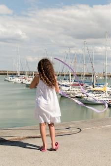 休日のビーチで若い女の子