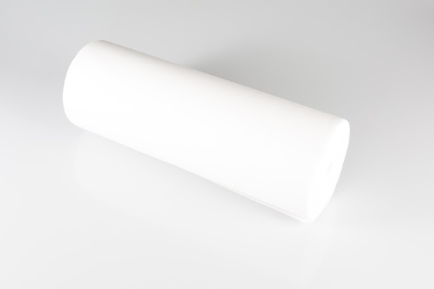 白い背景に白い包装箔のロール