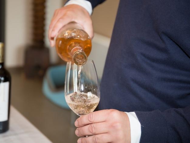 ワイングラスに注ぐワイン、クローズアップ