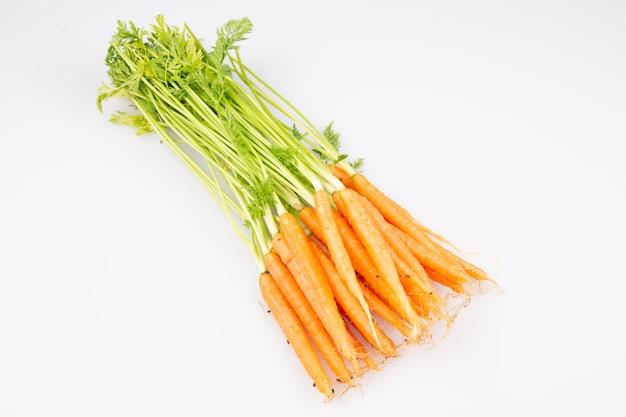 白い背景でダイエットオレンジ天然ニンジン新鮮なグループ