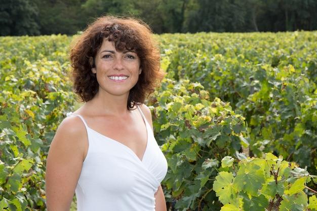 ワイン収穫シーズン中のブドウ畑の女性ワインメーカー