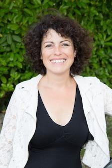 Веселая сороковая женщина в черно-белой одежде