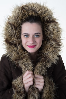 コートの素晴らしい美しい若い女性。