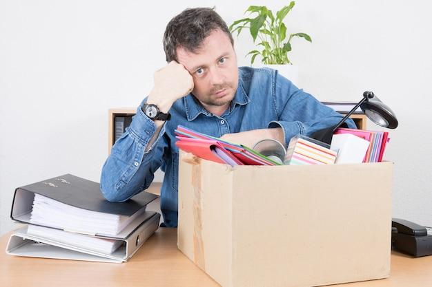 彼のオフィスの仕事から解雇された悲しいビジネスマン