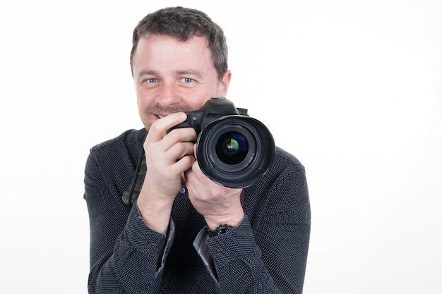 Счастливый человек с камерой. изолированный над белым украшением хануки.