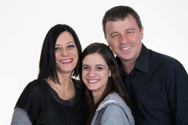 美しい母親と彼女のかわいい娘が笑顔で自宅でポーズします。