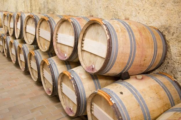 ワインセラーの木製オーク樽