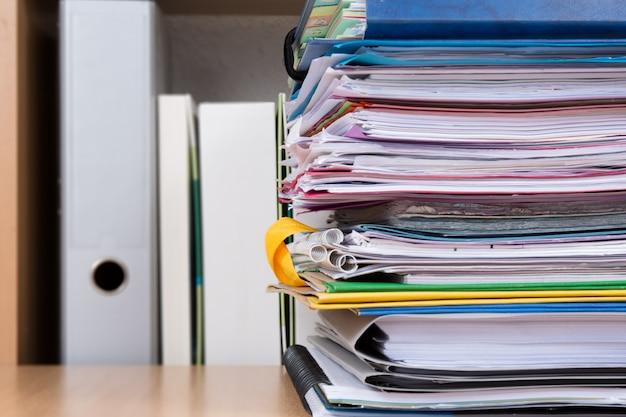ビジネスデスクで事務用品をファイルします。