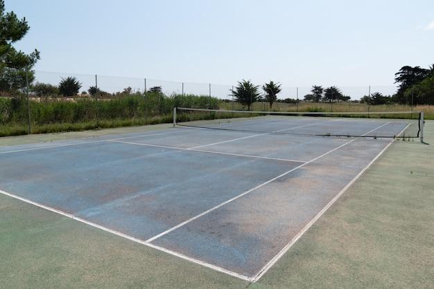 古いコンクリートテニスコートブルーホワイトとグリーン