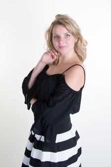 黒と白のドレスで金髪の若い女性