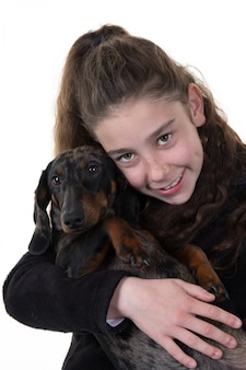 犬の頬に寄り添う美しい笑顔の少女の肖像画