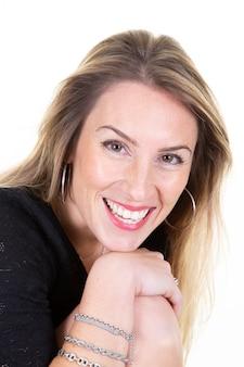 Довольно милая блондинка женщина портрет на белом фоне позирует девушка счастливая улыбка радость эмоции