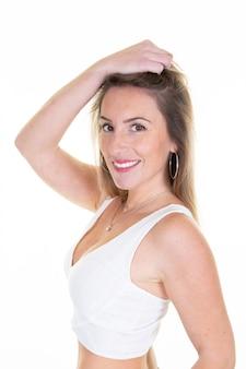 Блондинка стройная женщина портрет смех радость эмоции на белом фоне спорт подходит тело девушка